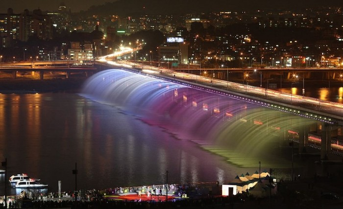 Rainbow_fountain_Seoul-Gu-Gyobok-2-1024x625