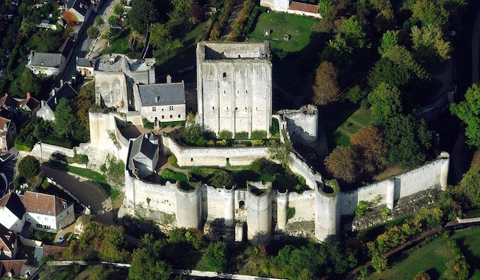 1280px-Loches_dungeon,_aerial_view_from_West