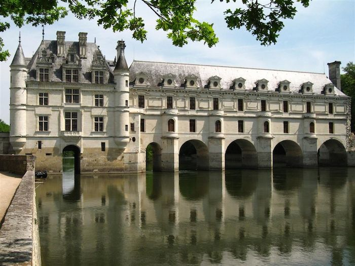 1024px-Château_de_Chenonceau_-_west_facade_over_Cher_(4_May_2006)